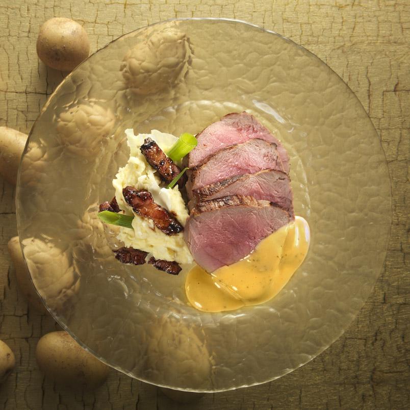 Beenham met een stampot van prei, aardappel en katenspek